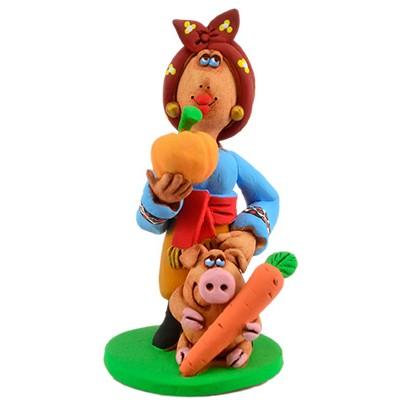"""Статуетка """"Козачка годує свинку"""""""